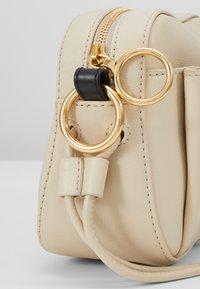 See by Chloé - TONY CROSSBODY - Across body bag - cement beige - 4