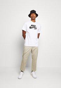 Nike SB - LOGO UNISEX - Printtipaita - white/black - 1