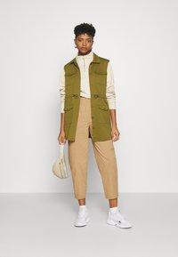 Who What Wear - CARROT LEG TROUSER - Kalhoty - khaki - 1