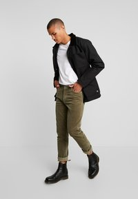 Vans - DRILL CHORE - Summer jacket - black - 1