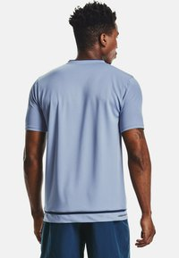 Under Armour - ACCELERATE PREMIER TEE - Print T-shirt - washed blue - 1
