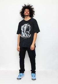 Multiply Apparel - SAVAGE - T-shirt med print - acid black - 1