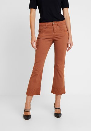 STACY PANTS - Flared Jeans - ginger bread