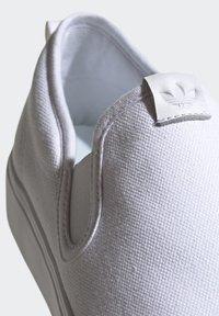 adidas Originals - NIZZA SLIP-ON SHOES - Trainers - white - 7