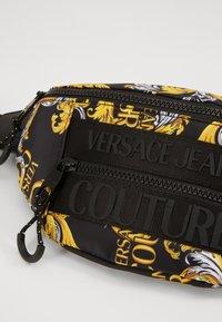 Versace Jeans Couture - UNISEX - Saszetka nerka - black/gold - 5
