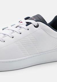 Tommy Hilfiger - RETRO TENNIS CUPSOLE  - Sneakersy niskie - white/desert sky - 5