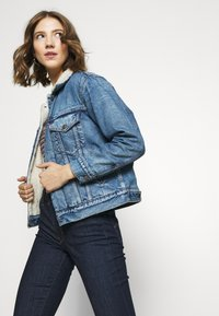 Levi's® - EX-BF SHERPA TRUCKER - Giacca di jeans - addicted to love - 5