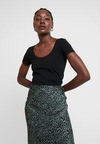 Anna Field - 2 PACK  - Basic T-shirt - black - 2