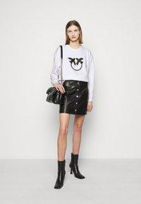 Pinko - NELLY MAGLIA FELPA DIAGONALE - Sweatshirt - white - 1