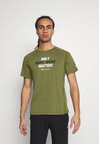 Champion - CREWNECK - Print T-shirt - khaki - 0