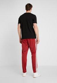 adidas Performance - 3 STRIPES SPORTS REGULAR PANTS - Träningsbyxor - red/white - 2