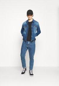 Tommy Jeans - REGULAR TRUCKER JACKET - Džínová bunda - wilson mid blue stretch - 1