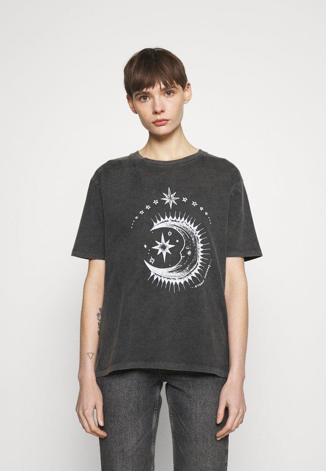 ETERNAL MOON TEE - Print T-shirt - washed grey