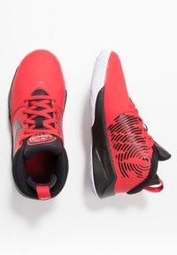 Nike Performance - TEAM HUSTLE D 9 UNISEX - Basketball shoes - university red/black/white - 1