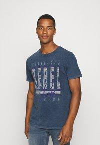 Redefined Rebel - RACE TEE - T-shirt print - navy - 0