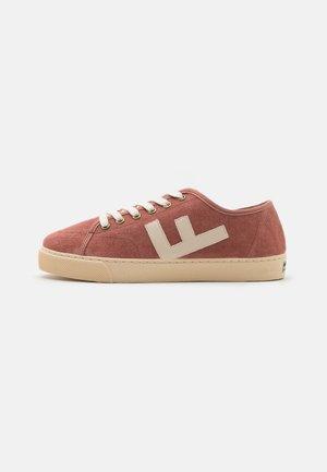 RANCHO V.2 UNISEX - Sneakersy niskie - brick/ivory
