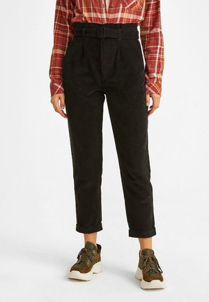 MIT HOHER TAILLENFORM - Trousers - black