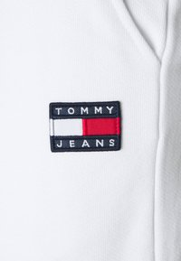 Tommy Jeans - RELAXED BADGE - Pantalon de survêtement - white - 2
