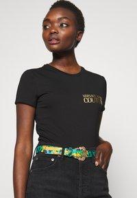 Versace Jeans Couture - BAROQUE PRINT REGULAR BELT - Cintura - frog - 1