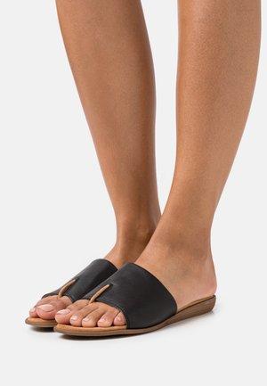 ACHO - Sandály s odděleným palcem - black