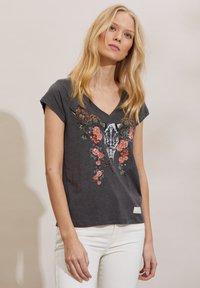 Odd Molly - HENNA - Print T-shirt - asphalt - 2