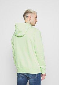 Nike Sportswear - CLUB HOODIE - Hættetrøjer - liquid lime/white - 2