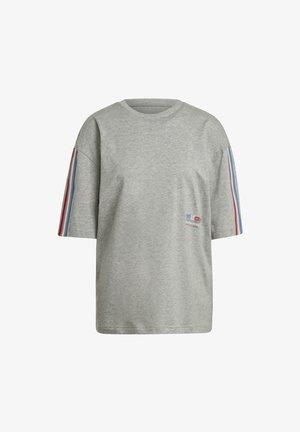 OVERSIZED TEE ADICOLOR ORIGINALS LOOSE T-SHIRT - T-shirts med print - grey
