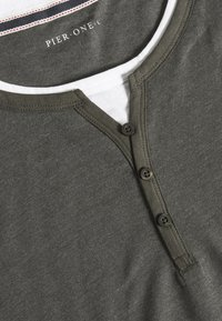 Pier One - T-Shirt basic - mottled olive - 6