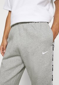 Nike Sportswear - REPEAT - Pantaloni sportivi - dark grey heather - 3