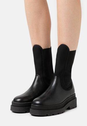 AUBRI CHELSEA - Kotníkové boty na platformě - schwarz