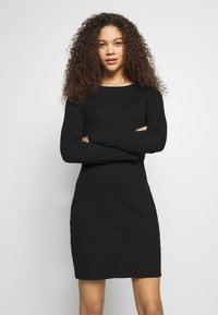 Even&Odd Petite - DRESS BODYON SOLID - Vestito di maglina - black - 0