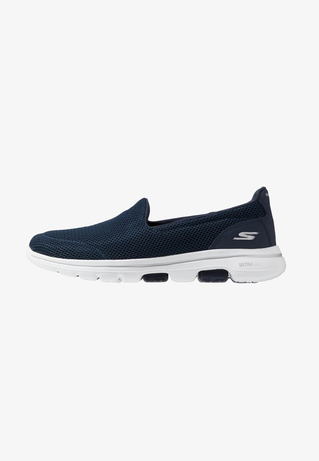 GO WALK 5 - Scarpe da camminata - navy/white