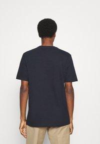 Lyle & Scott - POCKET  - T-shirt med print - dark navy - 2