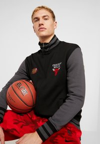 Mitchell & Ness - NBA CHICAGO BULLS VARSITY JACKET - Pelipaita - black - 3