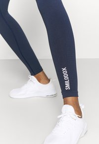 Smilodox - SEAMLESS LEGGINGS - Punčochy - blau - 3