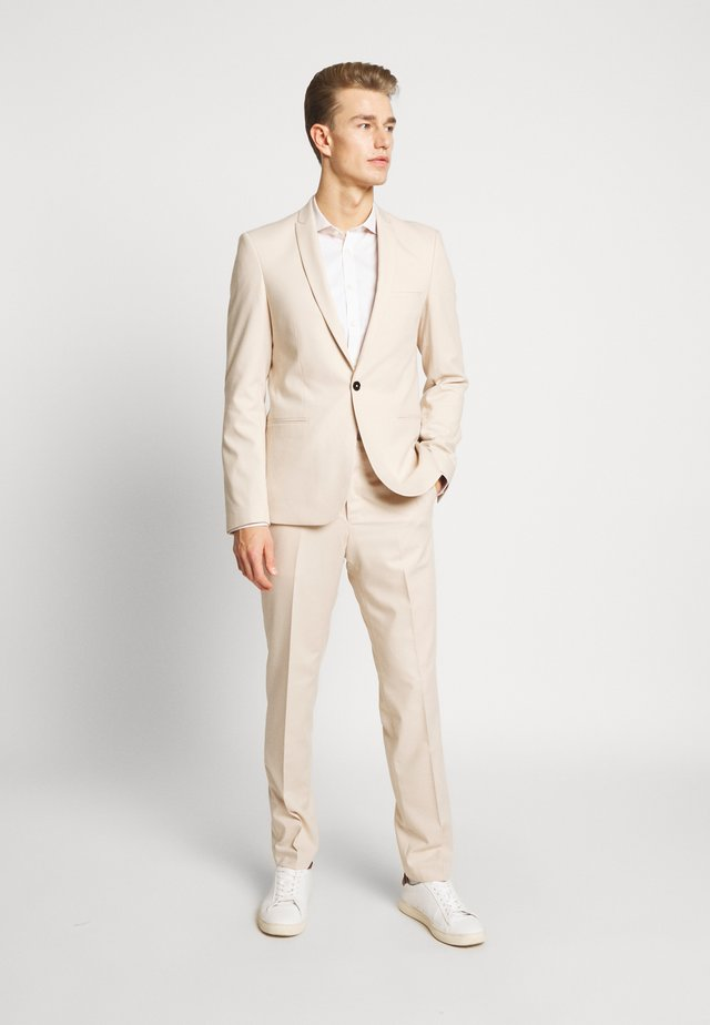 GOTHENBURG SUIT - Puku - sand