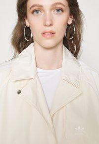 adidas Originals - TRENCH ORIGINALS ADICOLOR PRIMEGREEN COAT - Trenchcoat - white - 5