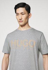 HUGO - DOLIVE - Print T-shirt - silver - 4