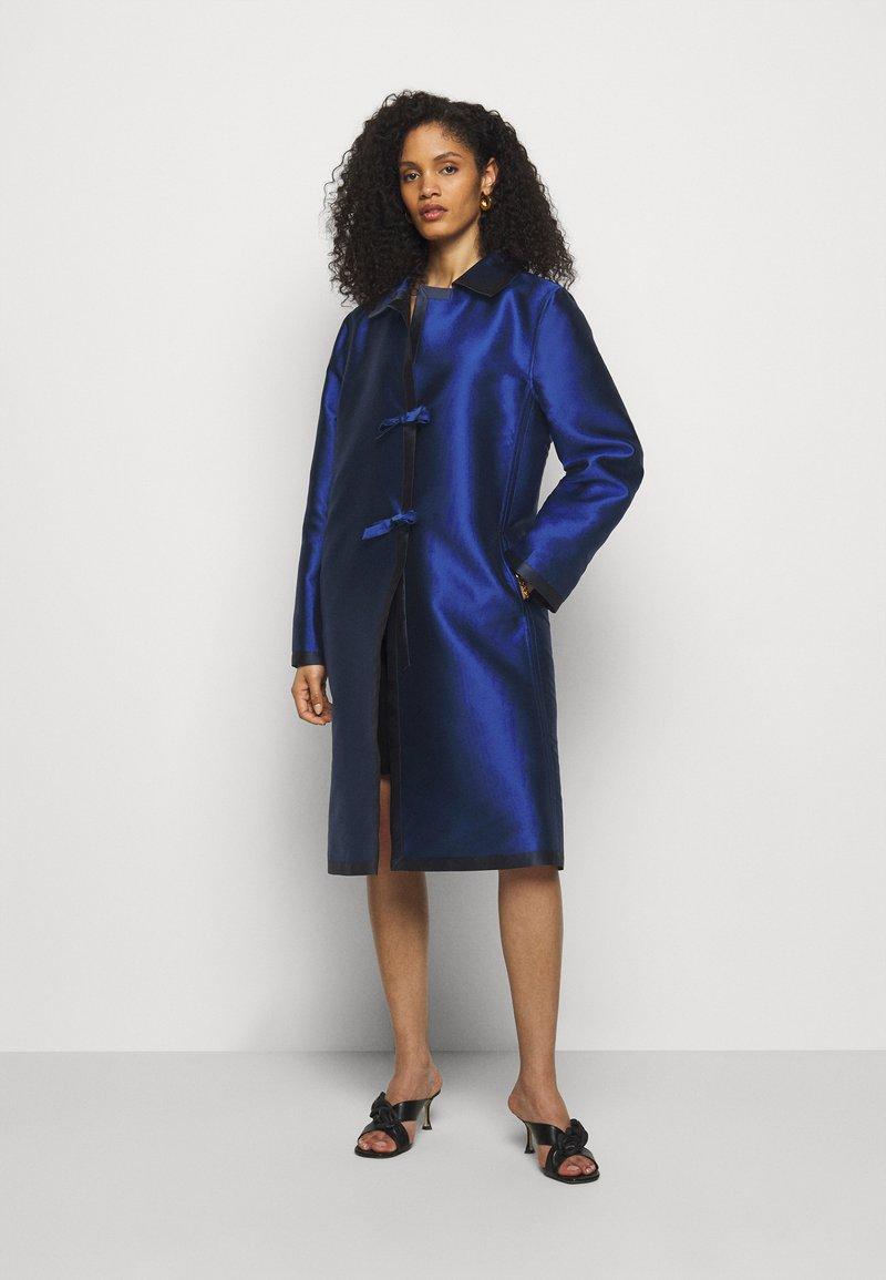Alberta Ferretti - LONG JACKET - Klasický kabát - light blue