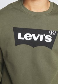 Levi's® - RELAXED GRAPHIC CREWNECK - Sweatshirt - olive night - 4