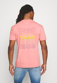 Tommy Jeans - REPEAT LOGO TEE - Print T-shirt - rosey pink - 2
