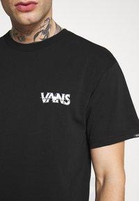 Vans - DARK TIMES - T-shirt con stampa - black - 5