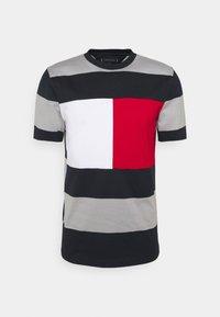 Tommy Hilfiger - FASHION BLOCK STRIPE TEE - T-shirt med print - desert sky/iron grey - 0