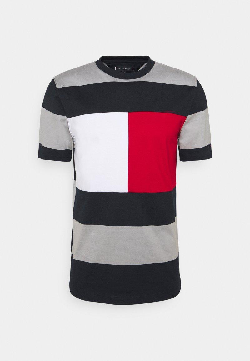 Tommy Hilfiger - FASHION BLOCK STRIPE TEE - T-shirt med print - desert sky/iron grey