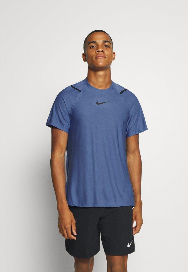 T-shirt z nadrukiem - stone blue/black