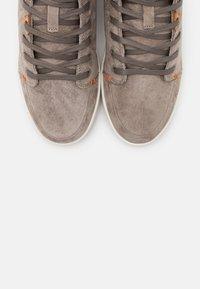 HUB - KEYSTONE - Sneakersy wysokie - dark taupe/offwhite - 5