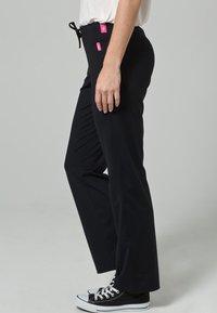 Venice Beach - JAZZY SHORT - Trousers - BLACK - 3