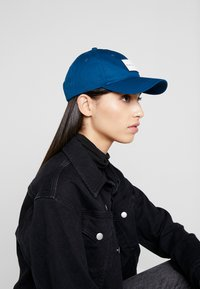 Calvin Klein Jeans - INSTITUTIONAL PATCH - Cap - blue - 4