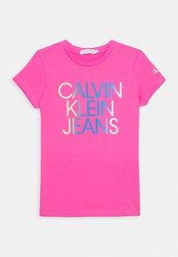 Calvin Klein Jeans - GRADIENT HERO LOGO - Triko spotiskem - pink - 0