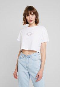 NA-KD - LIPP CROPPED TEE - Print T-shirt - white/red - 0